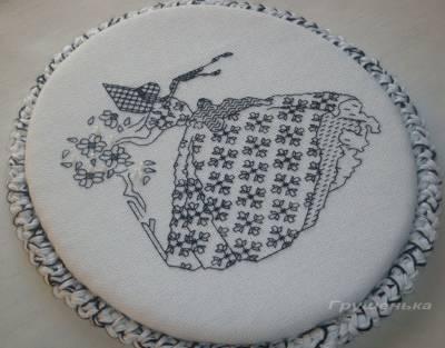 Барышня с цветами, или Как оформить овальную вышивку
